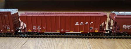 Athearn 81989 - BNSF covered hopper